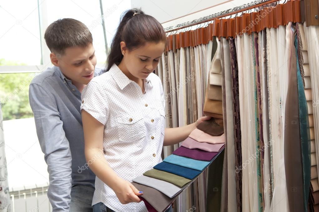 couple achetant des chantillons colors rideau suspendu dans le magasin de dcoration la maison image de andreyuu - Maison Colore Rideaux