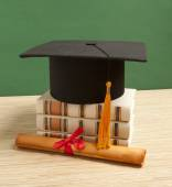 Gortarboard and graduation scrol — Foto Stock