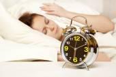 Mujer duerme en el dormitorio — Foto de Stock