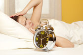 La donna dorme in camera da letto — Foto Stock