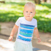 Baby walking — Stock Photo