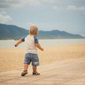 ребенок, идущий — Стоковое фото