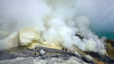 Sulfur mine at Ijen crater — Stock Video