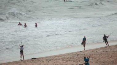Kitesurfers on beach — Vídeo Stock