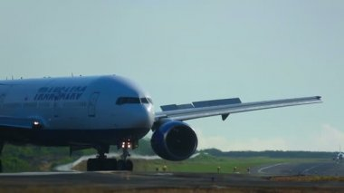 Taxiing airplane — Stock Video