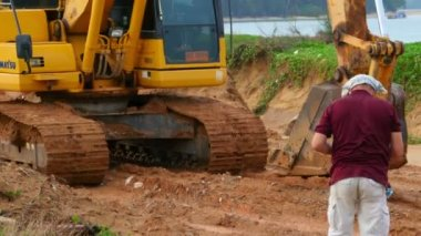 Escavadeira e fotógrafo — Vídeo stock