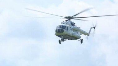 Helicopter descending — Stock Video