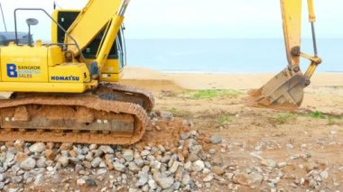 Excavator moves to the excavation site — Stock Video