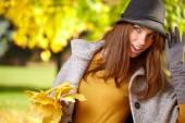 秋天的女人叶在手 — 图库照片