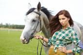 Mujer con un caballo blanco — Foto de Stock