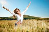 Senhora morena, em campo de trigo ao pôr do sol — Foto Stock