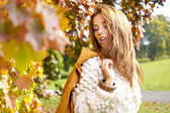 Elegant woman in a park in autumn — Stockfoto