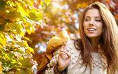 Mulher elegante em um parque no outono — Foto Stock