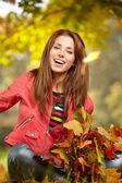 林における秋の色の女性 — ストック写真