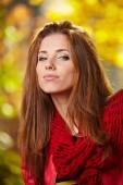 Fashion woman in a park in autumn — Stock fotografie