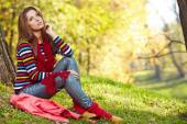 Woman relaxing in autumn forest — Stockfoto
