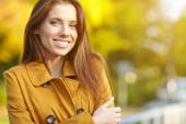 Fashion woman in a park in autumn — Stock Photo