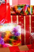 Weihnachtsgeschenke in bunten Verpackung mit Bändern — Stockfoto