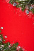 Red background with gifts and Christmas tree — 图库照片