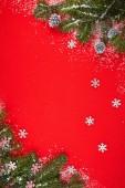 Rode achtergrond met giften en kerstboom — Stockfoto