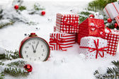 Radio-réveil avec neige et décorations de Noël — Photo