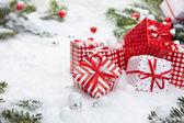 Julpynt på snö — Stockfoto