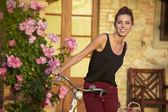 Frau mit vintage bike — Stockfoto