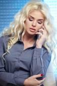 浅谈移动电话在家里的女人 — 图库照片