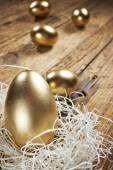Golden eggs in nest on dark — Foto Stock