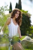 Sommaren kvinna bredvid cykeln — Stockfoto