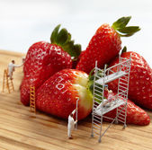 Figures of painters painting strawberries — Stock Photo