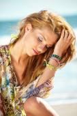 Vacker flicka på stranden — Stockfoto