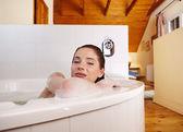 Chica relajante en el baño — Foto de Stock