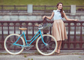 Young beautiful, elegantly dressed woman with bicycle — 图库照片