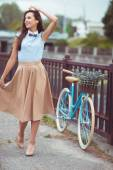 Young beautiful, elegantly dressed woman with bicycle in the par — 图库照片