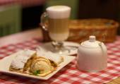 Coffee latte in glass cup and and strudel with ice cream on a ta — Photo