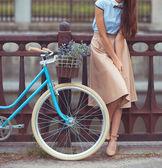 Młoda kobieta piękna, elegancko ubrany z rowerów — Zdjęcie stockowe