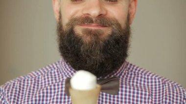 Bearded man eating ice cream — Stock Video