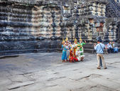 Apsara dancers performs for tourists at Angkor Wat temple — Stock Photo