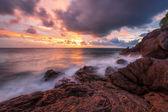 Gün batımında tropikal plaj. — Stok fotoğraf