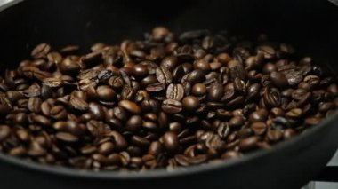 Roasting coffee on a cast iron skillet — Stock Video