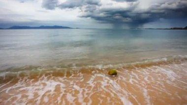 Tropical beach under gloomy sky — Stock Video
