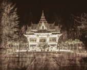 Thai temple at night in grunge style — Stock Photo