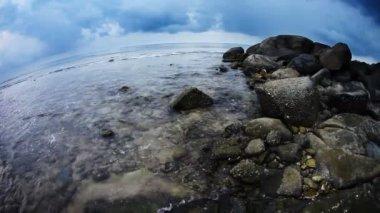 暗い空の下での熱帯のビーチ — ストックビデオ