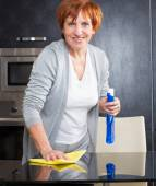Woman cleaning kitchen — Stock Photo