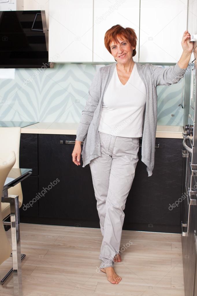 фото взрослой женщины дома