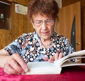 Gammal kvinna läsa bok — Stockfoto