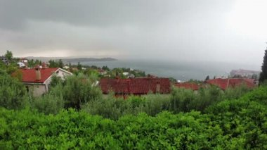 Lightning and thunderstorm above sea bay in daylight, panoramic view. — ストックビデオ