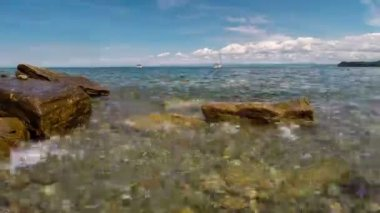 Sea bay with clean water in sunny day, nice place for swimming. Time lapse. — Stock Video