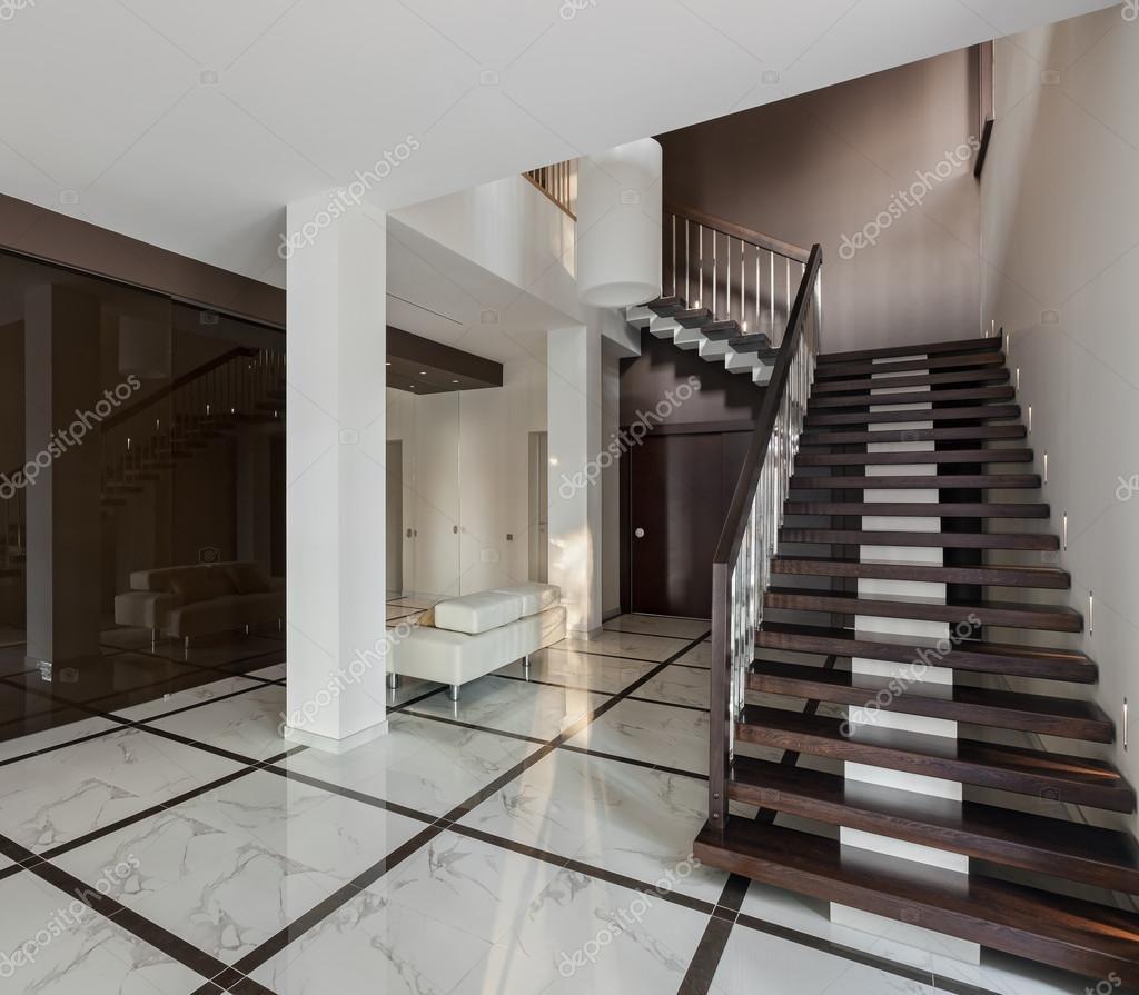 Lyxiga hall inredning med trappa och glas garderob ...